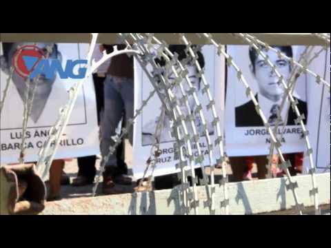 Protestan padres de los 43 desaparecidos contra el ejército en Iguala