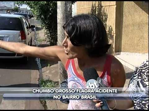Dois carros batem em cruzamento no bairro Brasil