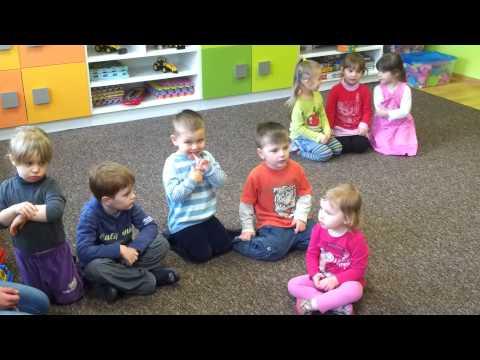 """Dzieci śpiewają Piosenkę """"Skrzaty"""