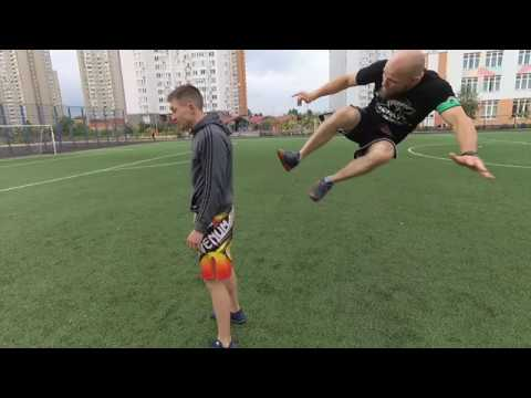 Удар двумя ногами в прыжке / влёт в соперника