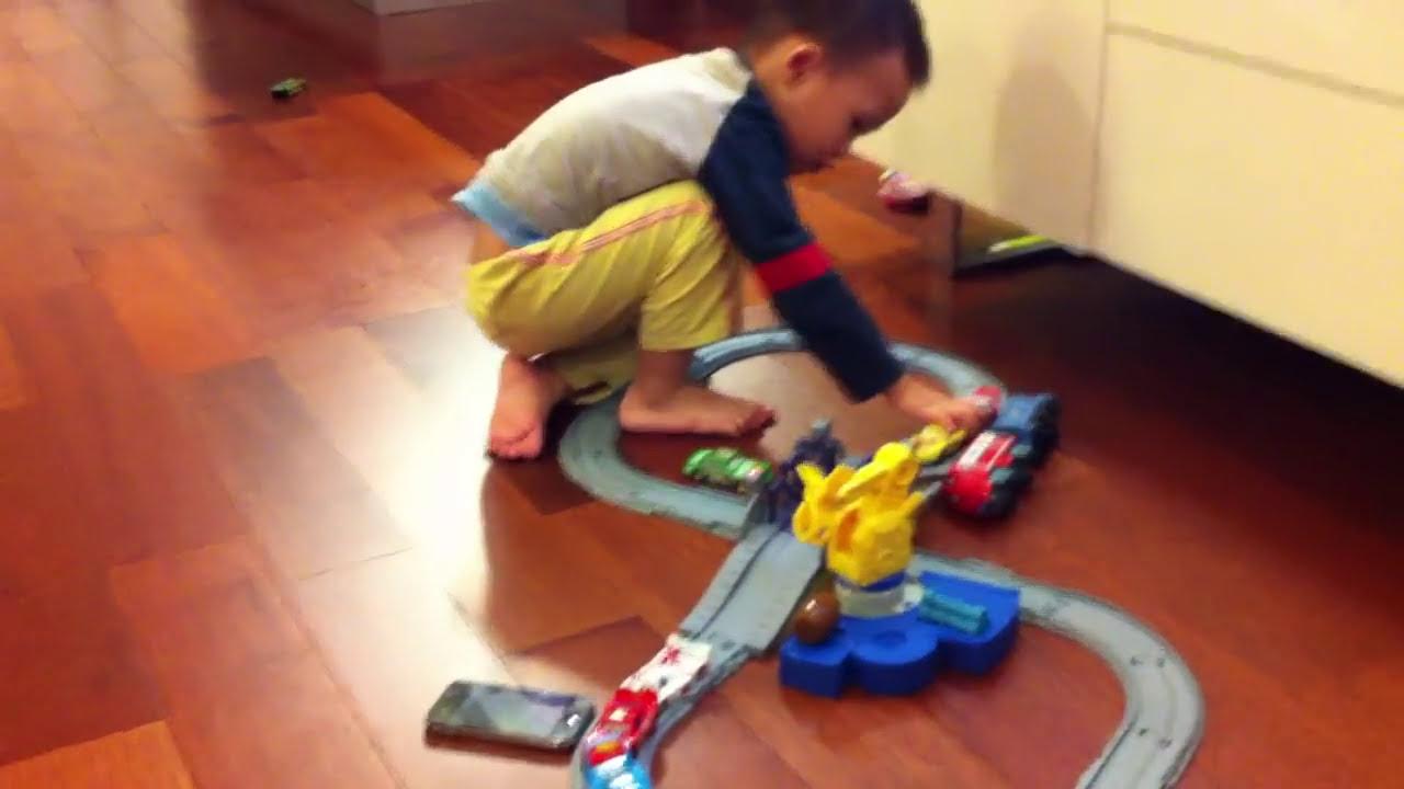 bebe joue aux voitures cars sur un circuit youtube