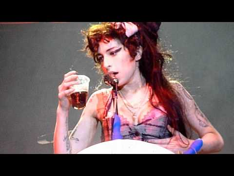 Amy Winehouse singing Rehab at Bestival 2008 drunk