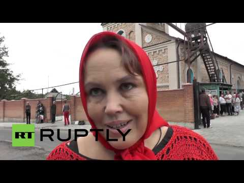 Ukraine: Donetsk locals and fighters bless apples despite shelling