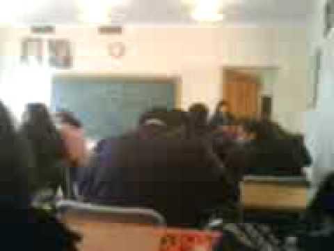 Издевательство над парнем во время урока(прикол)