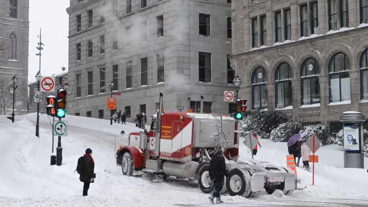 OLD PETERBILT 379 STRUGGLING IN SNOW UPHILL