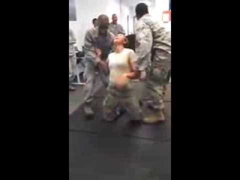 Elektro Şok Verilen Kadın Asker Pipiyi Tutuyor