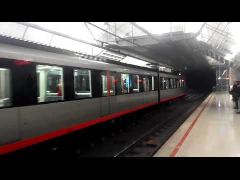 Metro Bilbao UT-508 a su paso por Ariz