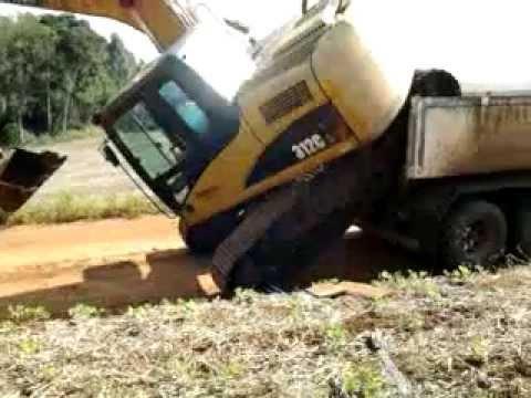Escavadeira Hidráulica  312 subindo na caçamba do chão