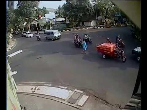 Kecelakaan Sepeda motor vs Sepeda motor (11)