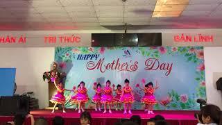 Bé múa mừng ngày của mẹ
