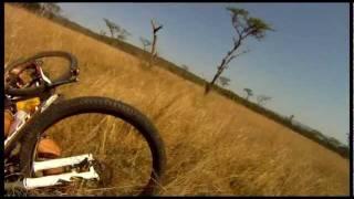 Video de un ciclista siendo atacado por un antílope mientras manejaba en África