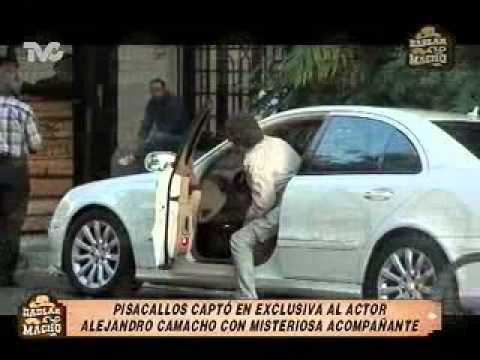 Pisacallos Captó a Alejandro Camacho con Misteriosa Acompañante