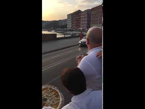 Pope Francesco accepts the pizza Made by antonio greco  of Don Ernesto pizzeria in Naples