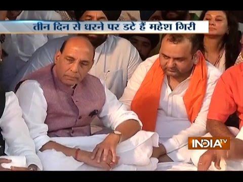 Rajnath Singh Arrives Outside Arvind Kejriwal's Residence to Break Mahesh Girri Hunger Strike