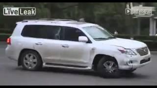 Lexus LX 570 gây tại nạn bỏ chạy, bị đánh hội đồng.