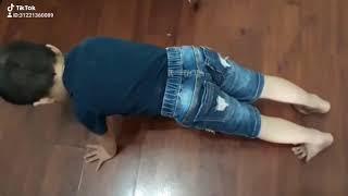 Em bé 4 tuổi, hít đất 35 cái kỷ lục thế giới