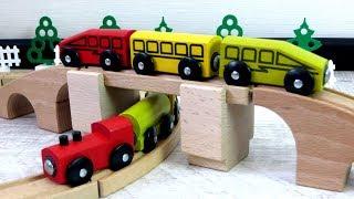 Деревянная железная дорога и игрушечный паровоз. Игрушки для детей