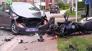 Motorrijder knalt op kerende auto