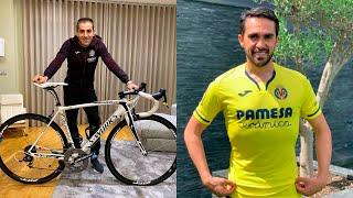 Rubén Peña recibe la bicicleta de Alberto Contador