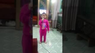 Bé Trà Giang hát karaoke