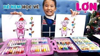 Bé Kem học vẽ con lợn đón giáng sinh