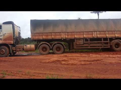 Tirando Bitrem da lama com uma L200 triton na Transamazônica.