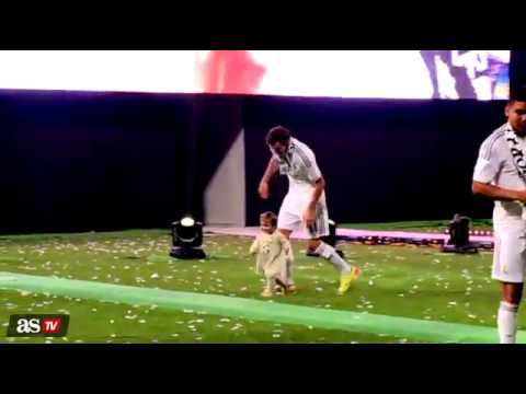 Los jugadores del Real Madrid con sus hijos en la celebracion de la Decima.