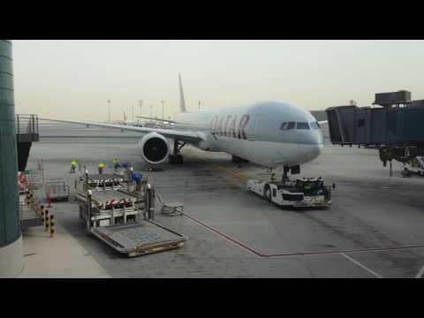 Boeing 777 Qatar Airways pushback in Doha