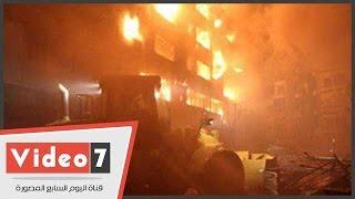 """بالفيديو..10 سيارات إطفاء تسيطر على حريق بـ20 """"فترينة"""" ومحل ملابس بالغورية وإصابة 2"""