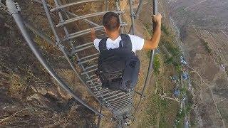 """攀爬中国大凉山的""""悬崖村""""天梯,悬崖落差近1000米,上去双腿直发颤"""