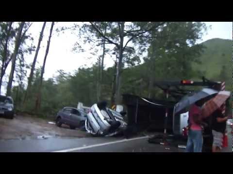 Caminhão cegonha tombado Serra de São Sebastião Jan/2013