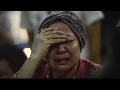 Malaysia Flight 17: Families Mourn Victims at Amsterdam, Kuala Lumpur Airports
