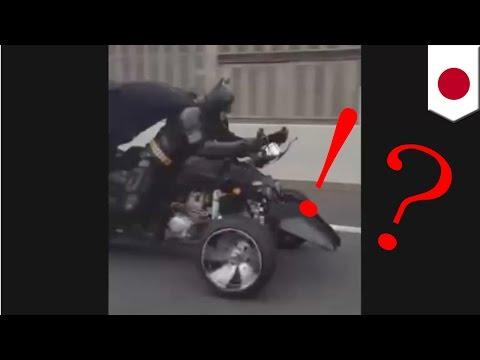 Batman es filmado montando su moto en las calles de Japon