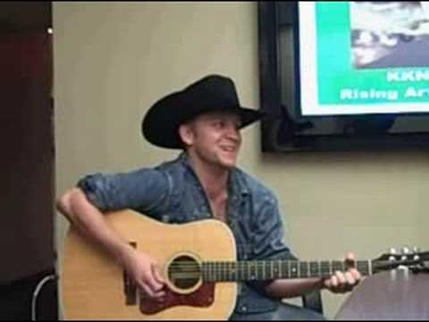 Justin Moore sings 