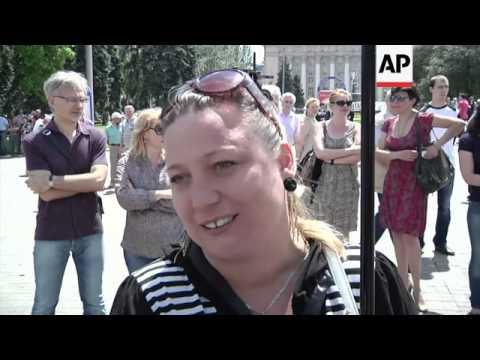 Pro-Russia demonstrators gather in Lenin's square