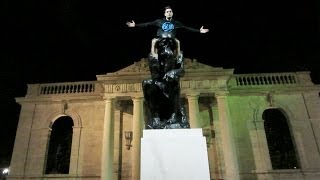 STATUE CLIMBING IN PHILLY
