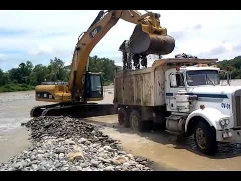 Excavadora Trabajando en Rio de banco de Grava