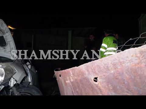 Այնթապ գյուղում Nissan-ը բախվել է էլեկտրասյանը, երկաթե դարպասին ու հայտնվելով տան բակում
