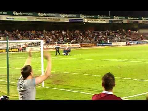 Un chico en silla de ruedas invade el campo de futbol