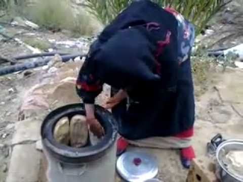 عجوز تخبز خبز ميفا(تنور)قالوا علامك-الأمMaking bread in SaudiArabia