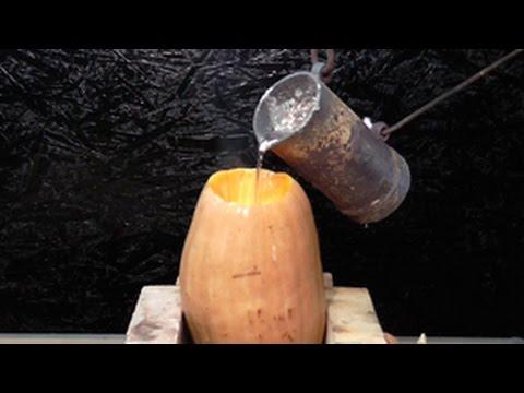 とりあえず熱して溶けたアルミをカボチャに入れてみるとこうなります。