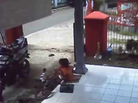 Video Kecelakaan Tragis Namun Lucu Baget !! Adik Kakak