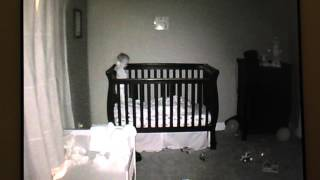 Bebé hace Faceplant en la cuna