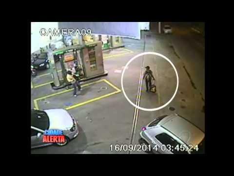 Ladro gentiluomo salva in tempo passante prima dell'esplosione del bancomat