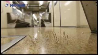 Thumb Clips se levantan sobre el suelo de un tren