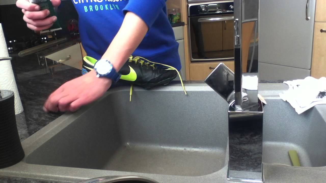 entretenir chaussures de foot en cuir astuce nettoyage youtube. Black Bedroom Furniture Sets. Home Design Ideas