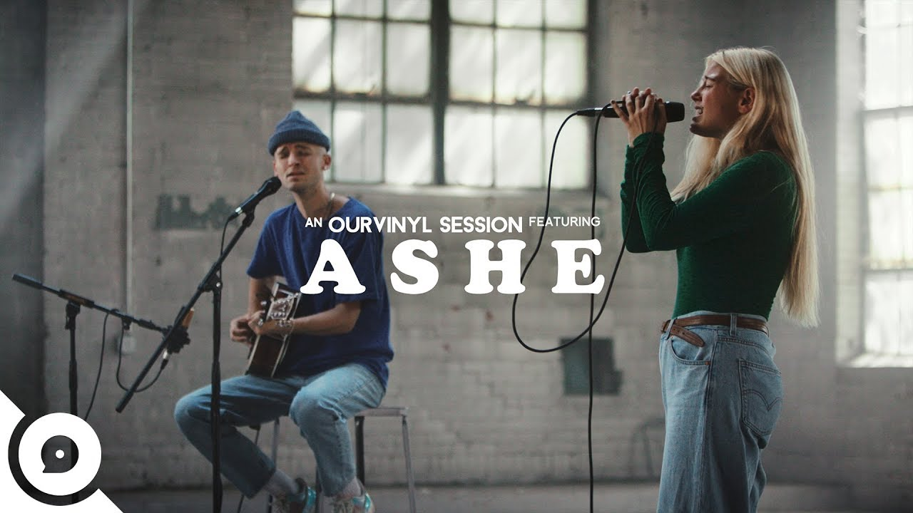 "Ashe - 「OurVinyl Sessions」にて""Cold In California""を披露 アコースティックセッション映像を公開 thm Music info Clip"