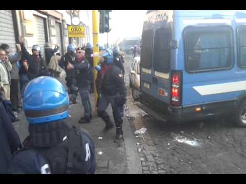 #15oct - poliziotti in assetto antisommossa