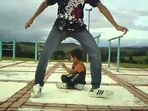 Малыш, реально классно танцует!