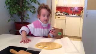 Bleona macht Guetzli mit Papi